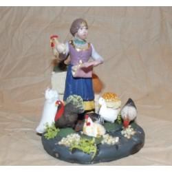Donna che da  mangime alle galline