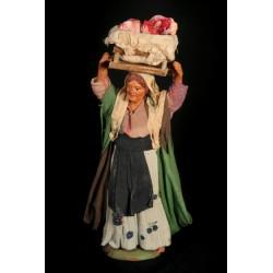 Donna con cassetta di carne in testa
