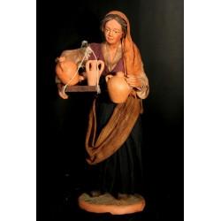Donna con cassetta anfore sotto braccio