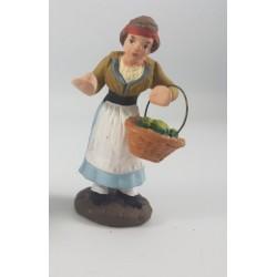 donna con cesto di ortaggi