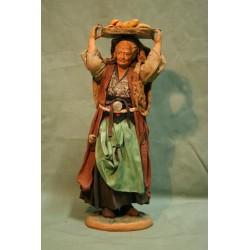 Donna con cesto di pane in testa